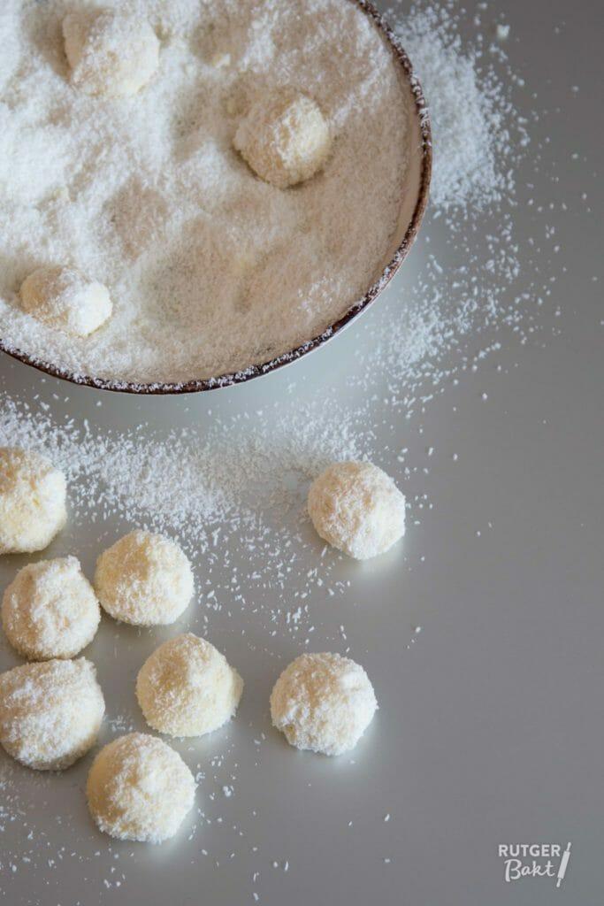 Truffels met kokos, witte chocolade en steranijs