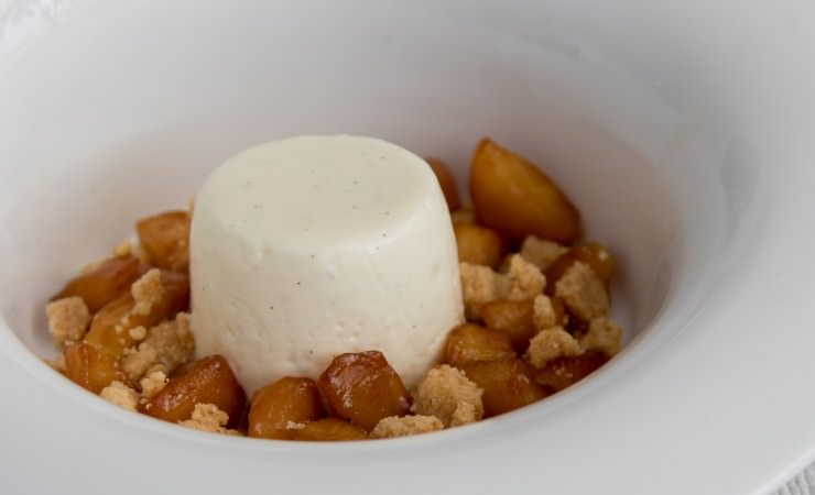 Panna cotta van yoghurt met gekarameliseerde appel