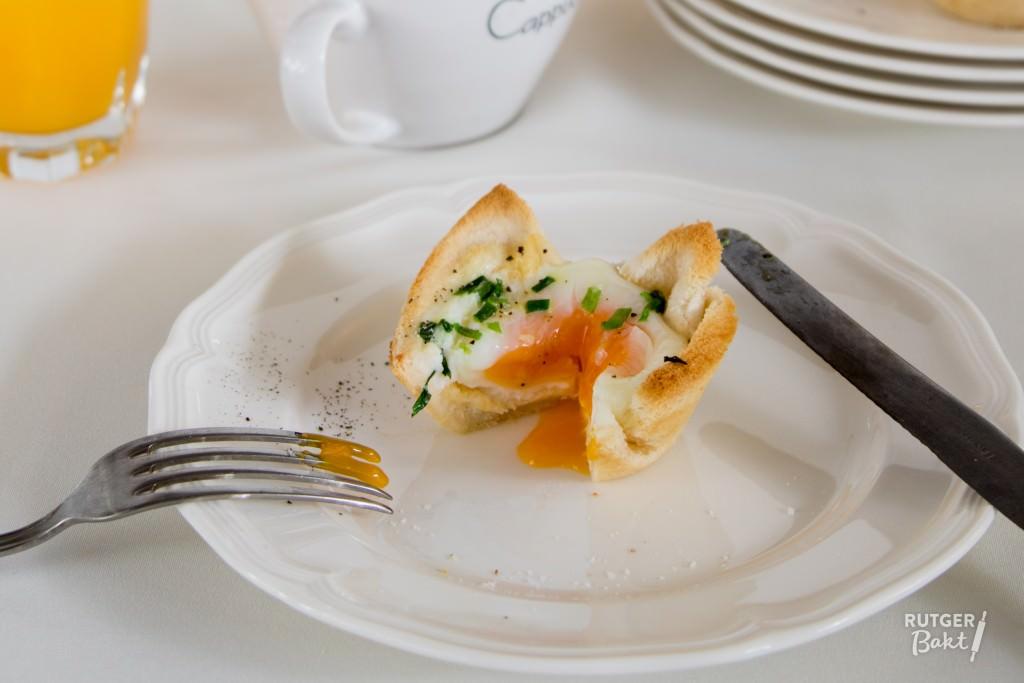 Ei in toast met kaas en bieslook