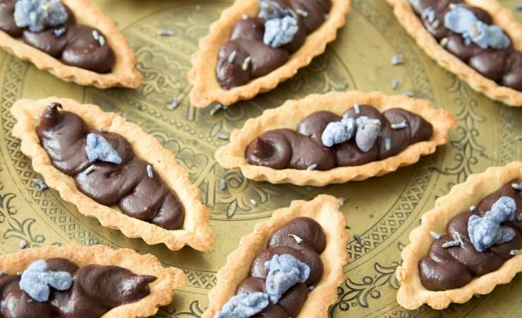 Kleine tartelettes met chocolade, framboos en lavendel