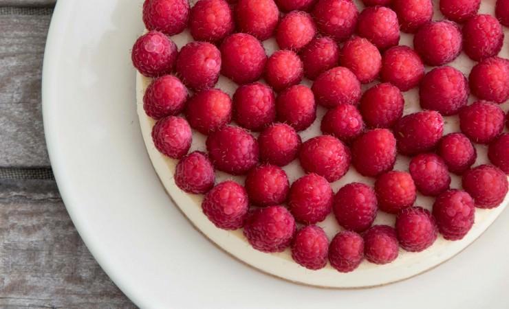 Witte chocoladecheesecake met frambozen