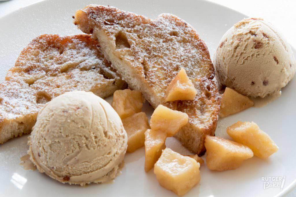 Wentelteefjes van suikerbrood met kaneelijs