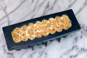 Feestelijke witte chocolademousse met kern van frambozencremeux