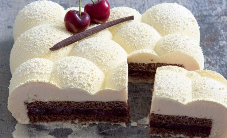 Desserttaart met kersen en twee soorten chocolade