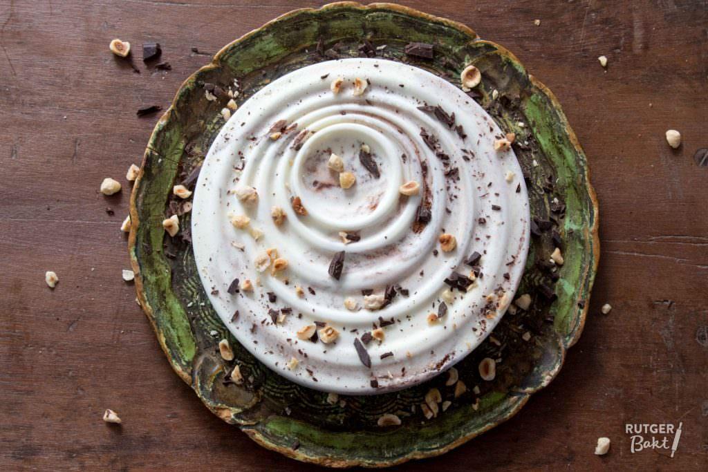 Honing-yoghurtijs met hazelnoten