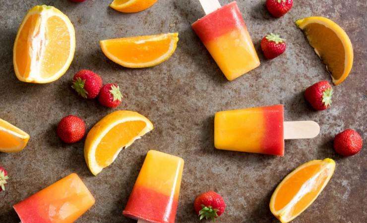 Sunrise-ijsjes met aardbei en sinaasappel