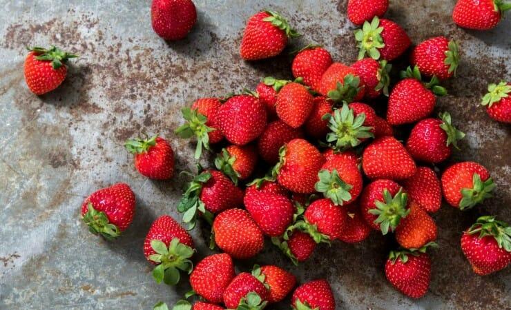 Bakken met aardbeien