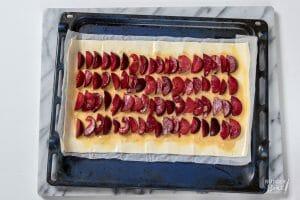 Bladerdeeg plaattaart met pruimen en hazelnoten