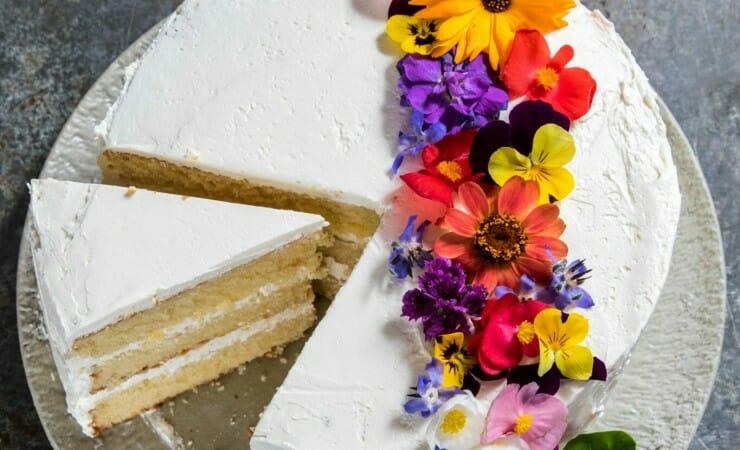Taart met vlierbloesem en eetbare bloemen